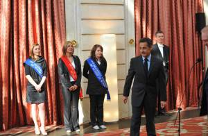 Nicolas Sarkozy reçoit une reine et des miss à l'Elysée... et un cadeau pour sa Carlita !