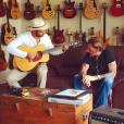 """Johnny Hallyday et Yodelice (Maxim Nucci) trouvent l'inspiration dans un """"guitar shop"""" de Santa Fe. Photographiés par Laeticia pendant leur road trip, le 22 septembre 2016."""