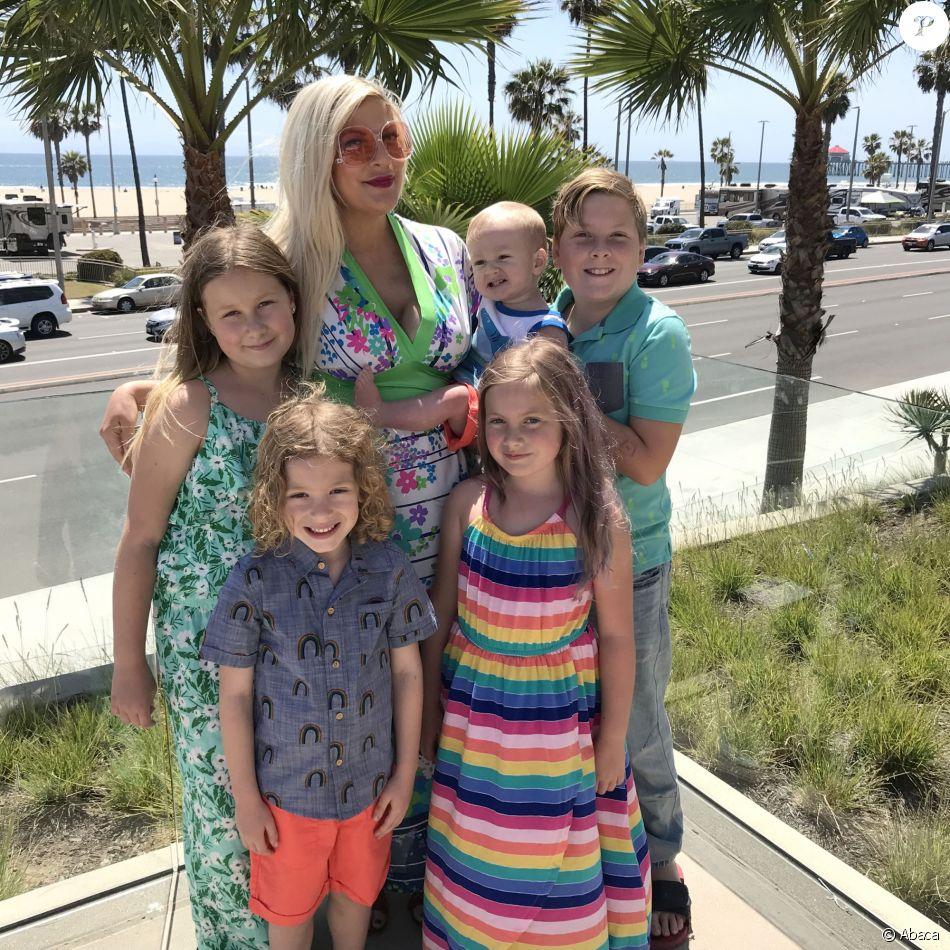 Tori Spelling avec ses enfants Liam, Finn, Beau, Hattie et Stella au Pasea Hotel and Spa à Huntington Beach, Los Angeles, le 13 mai 2018.