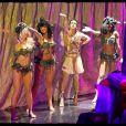 Trois danseuses pour un danseur, l'ambiance est sensuelle pour la dernière parisienne de Cléopâtre, au Palais des Sports.