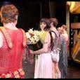 Sofia Essaïdi et tous ses copains à la dernière parisienne de Cléopâtre, au Palais des Sports. Le salut final !