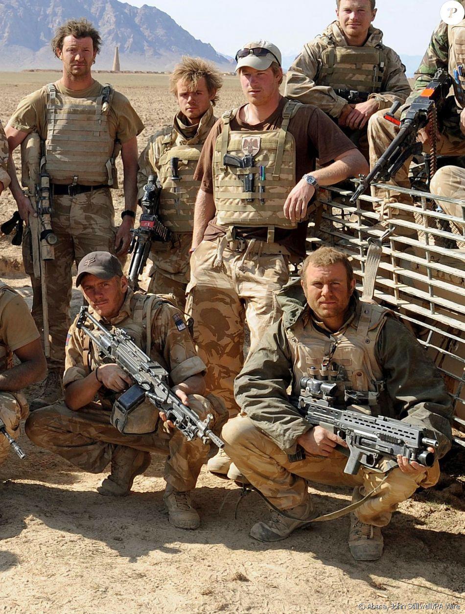 Le prince Harry, debout au centre, et l'adjudant Nathan Hunt, accroupi à droite, le 27 février 2008 dans la province du Hellmand en Afghanistan lors d'une mission de reconnaissance. © John Stillwell/PA Wire/Abacapress.com