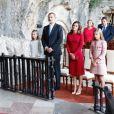 Le roi Felipe VI d'Espagne, la reine Letizia et leurs filles la princesse Leonor des Asturies et l'infante Sofia dans la Sainte Grotte de la Vierge de Covadonga pour le centenaire du couronnement canonique de la Vierge, le 8 septembre 2018 à Cangas de Onis. Il s'agissait de la première visite officielle de la princesse Leonor dans le royaume des Asturies, 41 ans après la première de son père.