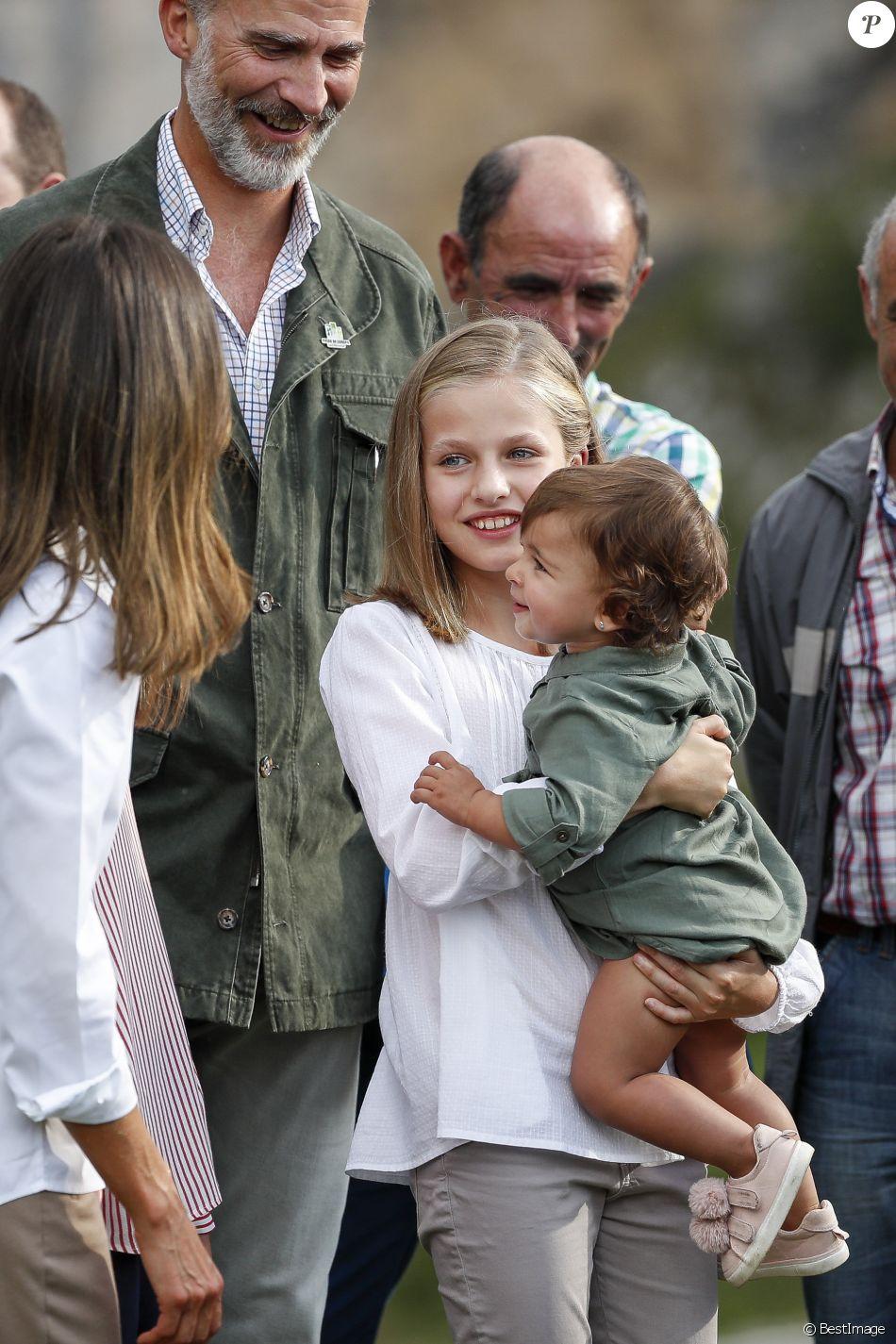 Le roi Felipe VI d'Espagne, la reine Letizia et leurs filles la princesse Leonor des Asturies (portant ici Jade, petite-fille de l'homme qui lui a offert une jument) et l'infante Sofia ont célébré le centenaire de la création du Parc National de la Montagne de Covadonga le 8 septembre 2018 à Cangas de Onis. Il s'agissait de la première visite officielle de la princesse Leonor dans le royaume des Asturies, une manère d'étrenner officiellement son titre d'héritière, 41 ans après son père.   Le roi Felipe, la reine Letizia et leurs filles la princesse Leonor et l'infante Sofia - La famille royale espagnole lors du centenaire de la création du parc national de Covadonga dans les Asturies le 8 septembre 2018. Spanish Royals attend the 100th anniversary of the Covadonga Mountain National Park in Asturias. September 8, 201808/09/2018 - Covadonga