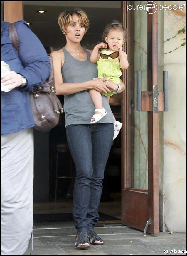 Halle Berry fait des courses avec sa craquante petite fille Nahla