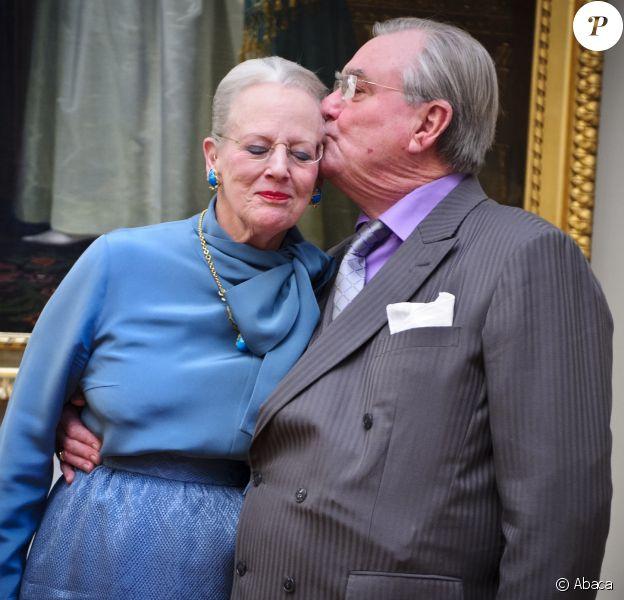 La reine Margrethe II de Danemark et le prince Henrik en janvier 2012, lors d'une séance photo dans le cadre du jubilé des 40 ans de règne de la monarque. Les cendres du prince Henrik, décédé en février 2018, ont été dispersées conformément à ses dernières volontés, a fait savoir le 8 septembre 2018 la cour danoise.