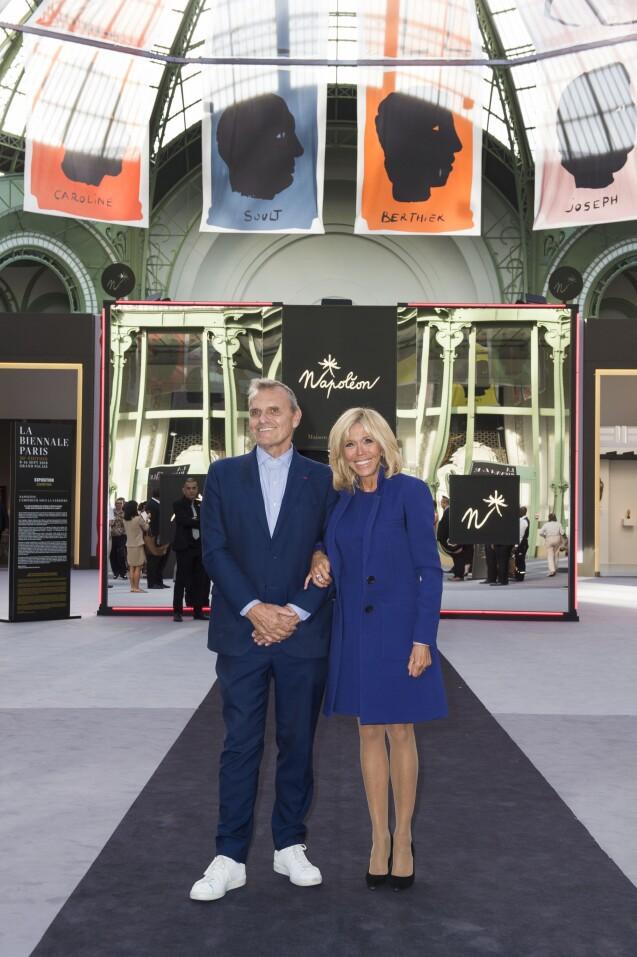 Jean-Charles de Castelbajac et la première dame Brigitte Macron - Brigitte Macron visite la 30e Biennale de Paris au Grand Palais le 10 septembre 2018. © Julio Piatti / Biennale Paris 2018 via Bestimage