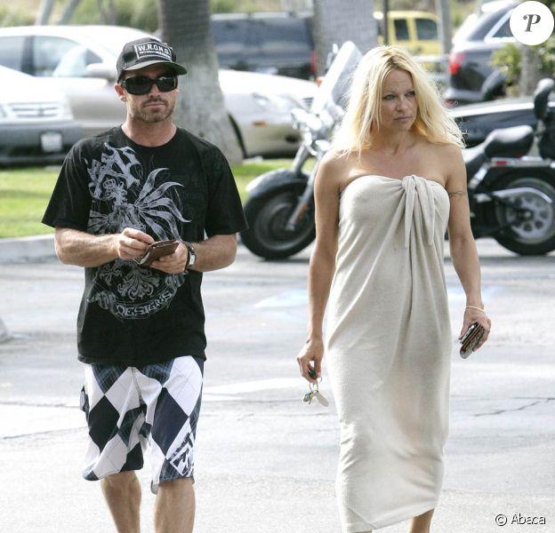 Pamela Anderson se dirige vers la plage de Malibu, à Los Angeles, pour aller bronzer avec son surfeur de toyboy, Jamie Padgett, à Los Angeles, le 2 mai 2009 !