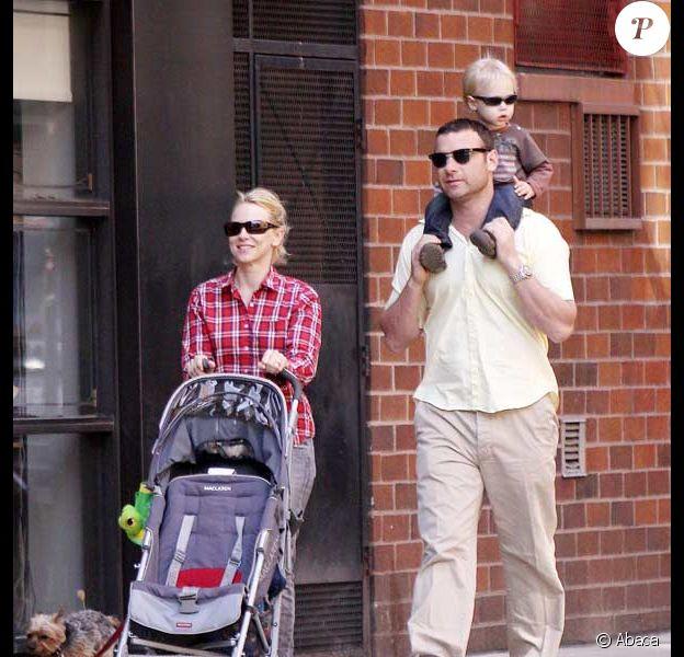 Naomi Watts, Liev Schreiber et leur fils aîné Alexander se baladant à New York dans un parc du quartier de Soho en avril 2009