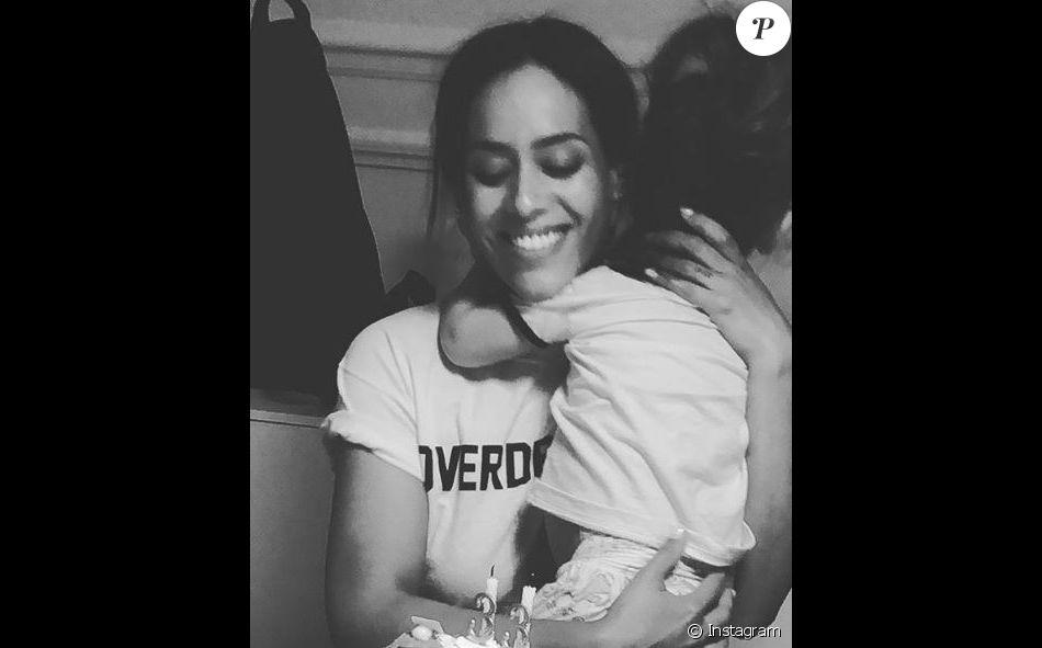 Amel Bent fête ses 33 ans avec sa fille Sofia dans les bras. Instagram, le 21 juin 2018.