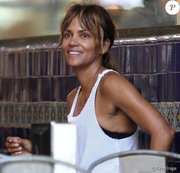 Exclusif - Halle Berry est allée déjeuner avec des amis au restaurant Guisados après avoir visité le Theatre Center à Los Angeles, le 14 juillet 2018