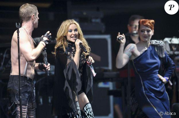 Kylie Minogue rejoint les Scissor Sisters sur la Pyramid Stage du festival de Glastonbury, le 26 juin 2010.
