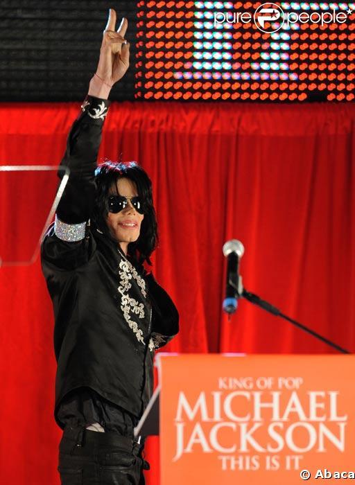 Michael Jackson lors de sa conférence de presse du 5 mai 2009 annonçant son retour sur scène à Londres