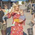 Exclusif - Tori Spelling quiite le salon de beauté The Beauty Can avec son fils Beau à Woodland Hills, Los Angeles le 22 septembre 2018.