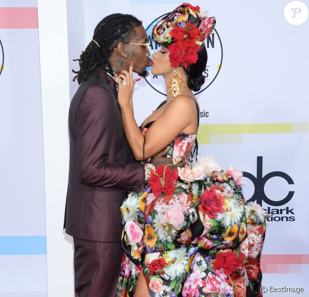 Cardi B (en robe Dolce & Gabbana) et son mari Offset à la soirée 2018 American Music Awards au Microsoft Theater à Los Angeles, le 9 octobre 2018.