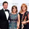 La princesse Eugenie d'York avec son compagnon Jack Brooksbank et sa mère Sarah Ferguson en mai 2017 lors d'un gala caritatif. La princesse Eugenie et Jack se sont fiancés en janvier 2018 au Nicaragua et leur mariage sera célébré à Windsor à l'automne 2018, a révélé Buckingham Palace le 22 janvier 2018.
