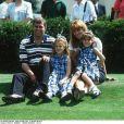 Le prince Andrew et Sarah Ferguson, duchesse d'York, avec leurs filles la princesse Beatrice et la princesse Eugenie d'York en août 1996.