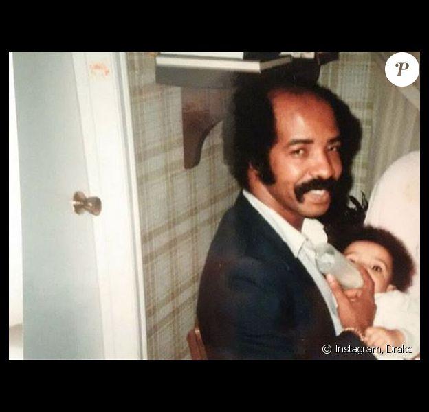 Drake, bébé dans les bras de son père. Photo publiée en juillet 2018.