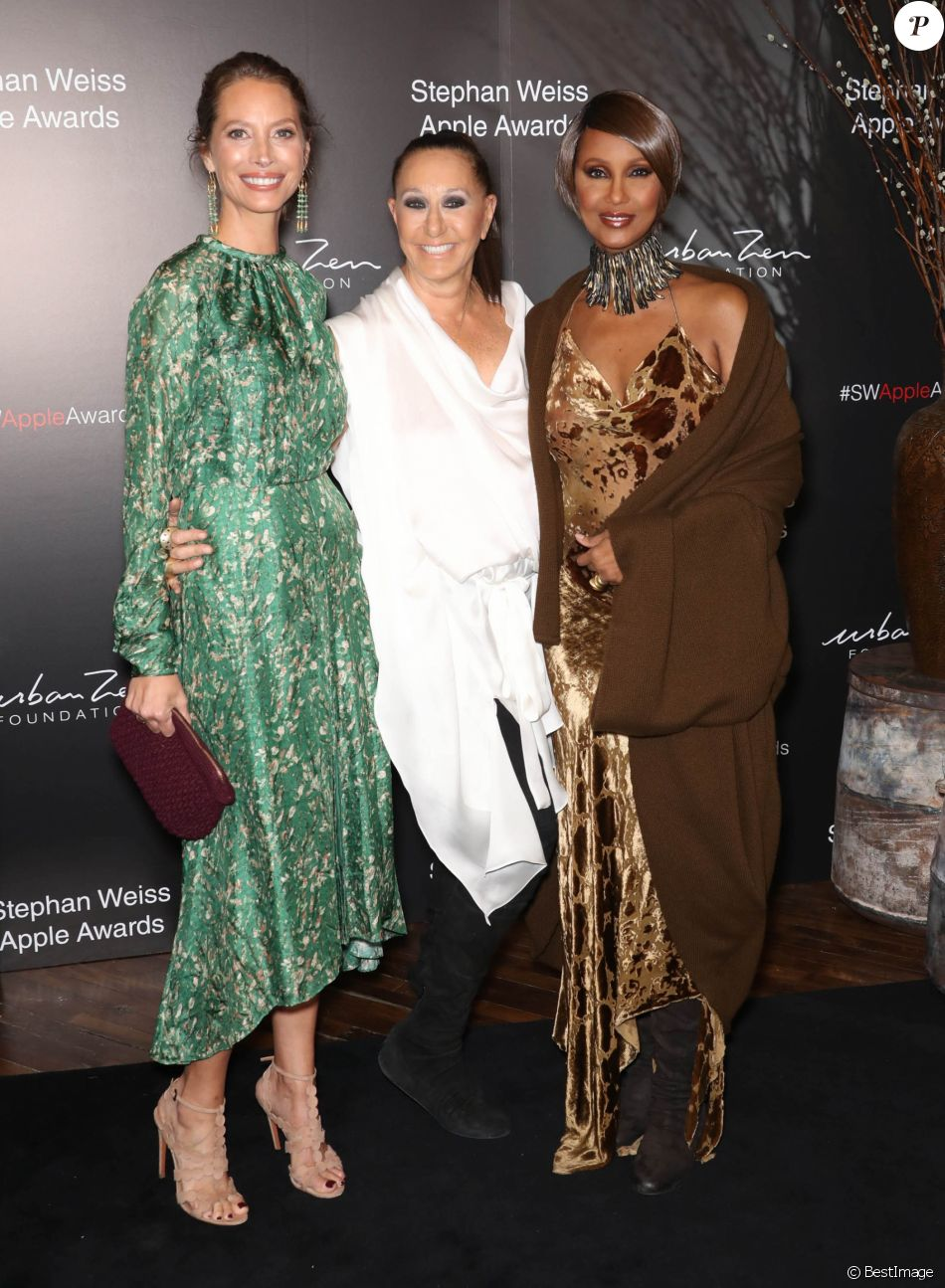 "Christy Turlington, Donna Karan and Iman au photocall de la soirée des ""Stephan Weiss Apple Awards"" à New York, le 24 octobre 2018."