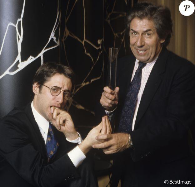 """Philippe Gildas et Antoine de Caunes sur le plateau de """"Nulle Part Ailleurs"""" de Canal+ en mars 1989."""