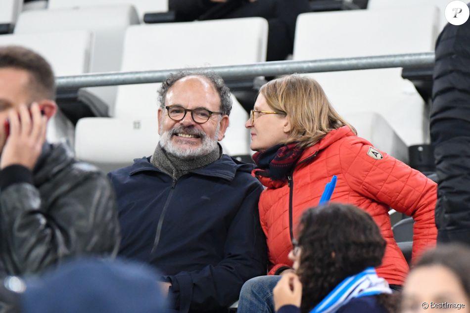 Jean-Pierre Darroussin et sa femme Anna Novion dans les tribunes du stade Vélodrome lors du match de football de ligue 1 opposant le Paris Saint-Germain (PSG) à l'Olympique de Marseille (OM) à Marseille, France, le 28 octobre 2018. Le PSG a gagné 2-0. © Lionel Urman/Bestimage