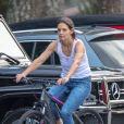 Exclusif - Katie Holmes et son compagnon Jamie Foxx essaient leurs nouveaux vélos juste après l'achat à Marietta le 24 septembre 2018.