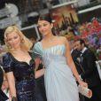 Les sublimes L'Oreal Girls Elizabeth Banks et Aishwarya Rai se sont une nouvelle fois retrouvées devant le Palais des Festivals, à Cannes le 14 mai 2009