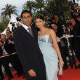 Aishwarya Rai et son époux, l'acteur Abhishek Bachchan posent pour les photographes devant le Palais des Festivals, à Cannes le 14 mai 2009