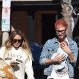 Hilary Duff et son compagnon Matthew Koma se promènent avec leur fille Banks à Studio City le 9 novembre 2018.
