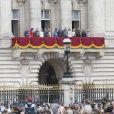 La famille royale britannique au balcon du palais de Buckingham le 10 juillet 2018 à Londres lors de la parade aérienne pour le centenaire de la RAF. Autour de la reine Elizabeth II se trouvaient le prince et la princese Michael de Kent, le prince Edward et la comtesse Sophie de Wessex, le prince Charles et la duchesse Camilla de Cornouailles, le prince William et la duchesse Catherine de Cambridge, le prince Harry et la duchesse Meghan de Sussex...