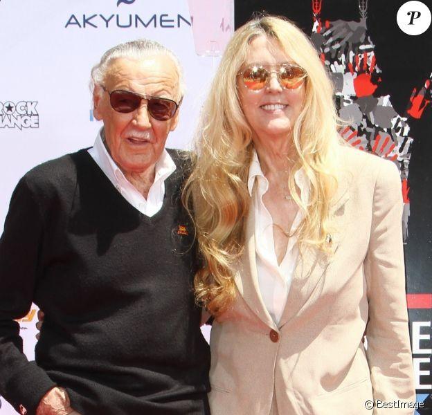 Stan Lee et sa fille Joan lors de la pose des empreintes de Stan Lee dans le ciment au TCL Chinese Theater à Los Angeles, le 18 juillet 2017.