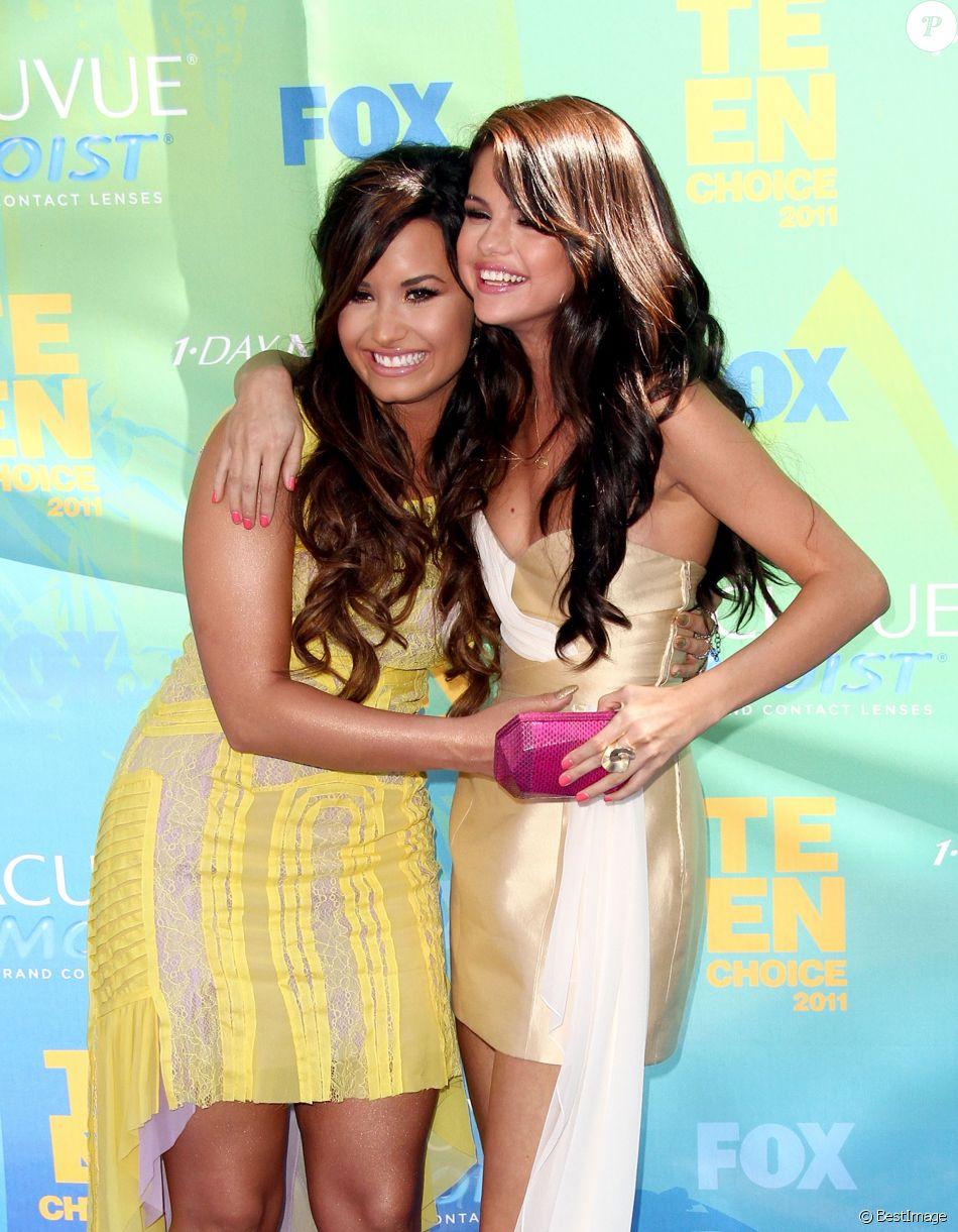 Demi Lovato et Selena Gomez à la cérémonie des Teen Choice Awards à universal City le 7 août 2011.