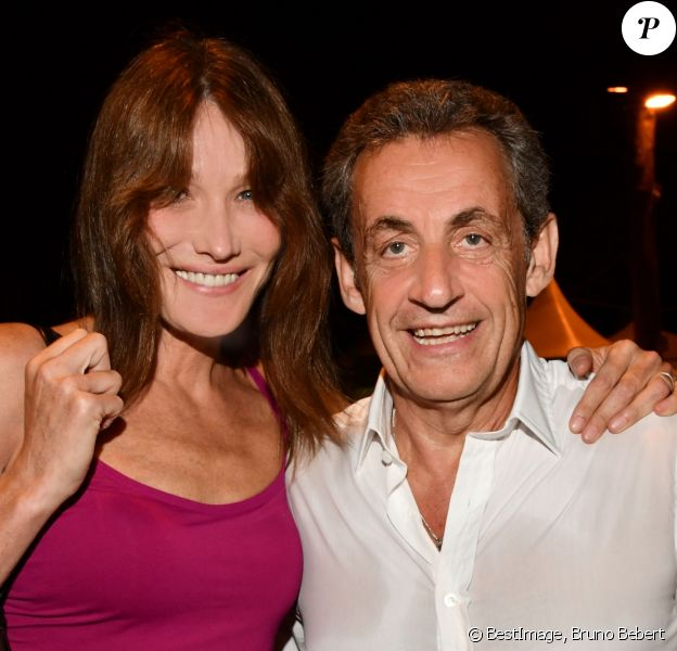 "Exclusif - Carla Bruni-Sarkozy pose avec son mari Nicolas Sarkozy après son concert lors du 58e festival ""Jazz à Juan"" à Juan-les-Pins le 17 juillet 2018. © Bruno Bebert/Bestimage"