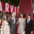 """Michael Douglas et sa femme Catherine Zeta-Jones avec leurs enfants Dylan Michael et Carys Zeta - Première du film """"Ant-Man"""" à Londres le 8 juillet 2015."""