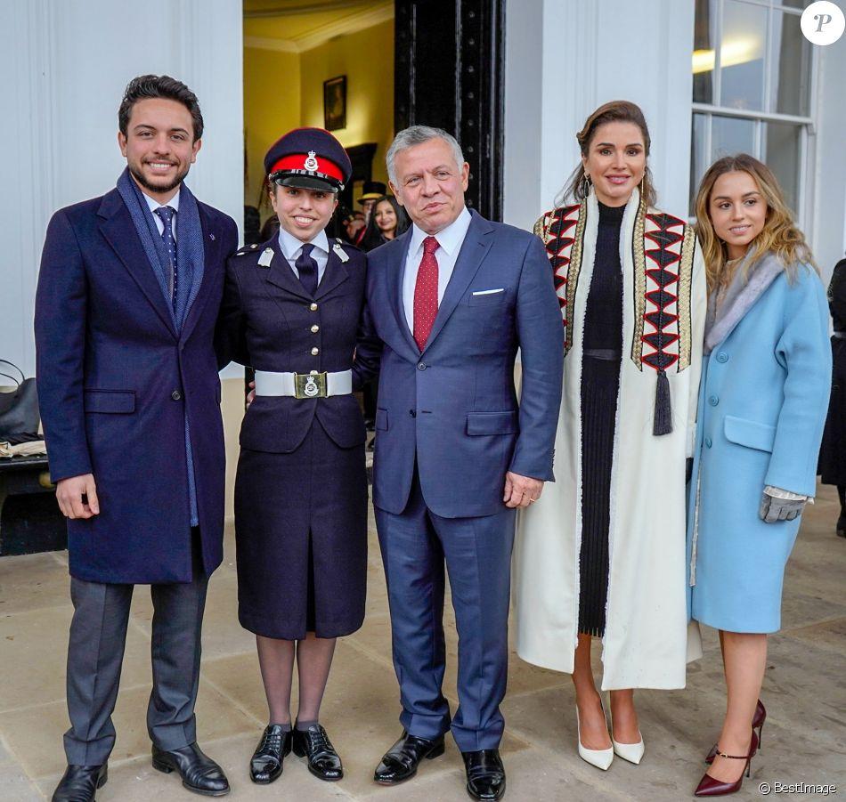 La princesse Salma de Jordanie, en uniforme, entourée du prince héritier Hussein, du roi Abdullah II, de la reine Rania et de la princesse Iman le 24 novembre 2018 à l'académie militaire royale de Sandhurst en Angleterre lors de la parade de la cérémonie de remise de diplômes.
