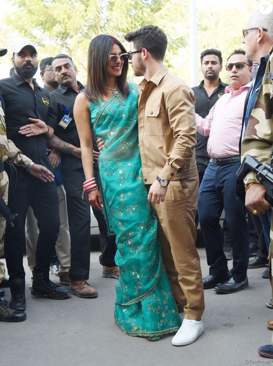 Nick Jonas et sa femme Priyanka Chopra arrivent à l\u0027aéroport de Jodhpur  après leur