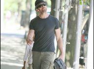 Hugh Jackman, décidément il ne quitte plus son fiston... Ni son bermuda !