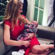 Sandrine Corman prend la pose avec son deuxième enfant, Harold. Décembre 2015.