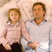 """""""The Holiday"""" : La fille de Jude Law dans le film culte a bien changé..."""