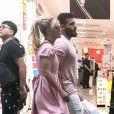 Exclusif - Britney Spears en vacances au Japon se promène avec son compagnon Sam Asghari à Osaka le 8 juin 2017.