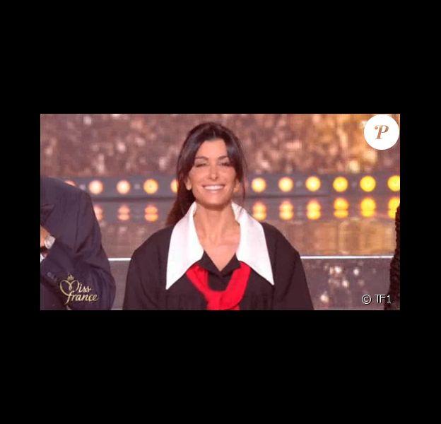 """Jenifer, membre du jury 100% féminin de """"Miss France 2019"""", s'est dévoilée en robe noire à maxi col blanc et noeud rouge lors de la cérémonie durant laquelle Vaimalama Chaves (Miss Tahiti) a succédé à Maëva Coucke, le 15 décembre 2018 sur tF1."""