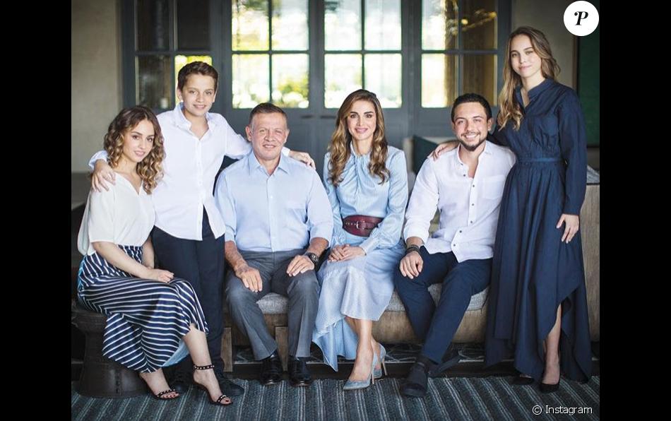 Le Roi Abdullah II Et La Reine Rania De Jordanie Entours Leurs Enfants