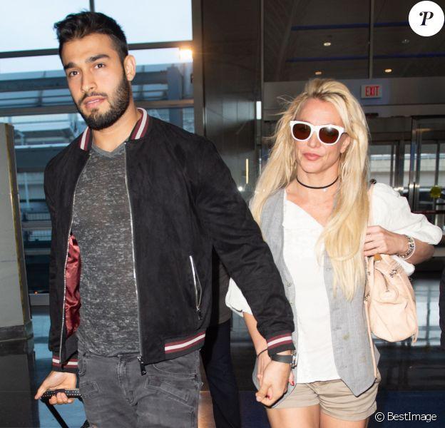 Britney Spears et son compagnon Sam Asghari arrivent à l'aéroport de New York (JFK) le 13 mai 2018.