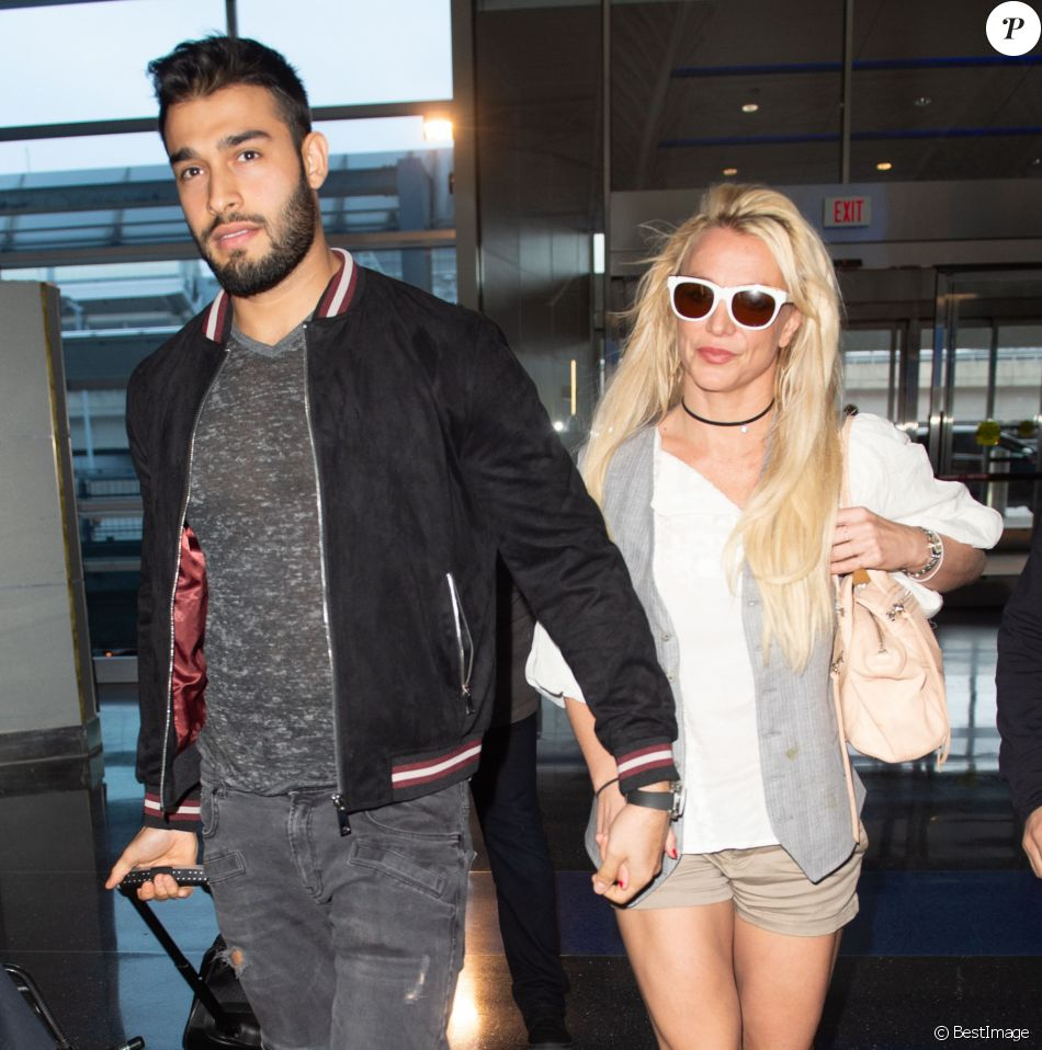 Britney Spears et son compagnon Sam Asghari arrivent à l'aéroport de New York (JFK) le 13 mai 2018.