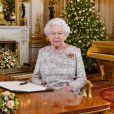 Photo officielle de la reine Elizabeth II lors de l'enregistrement de son message de Noël dans le Salon Blanc au palais de Buckingham à Londres en décembre 2018.