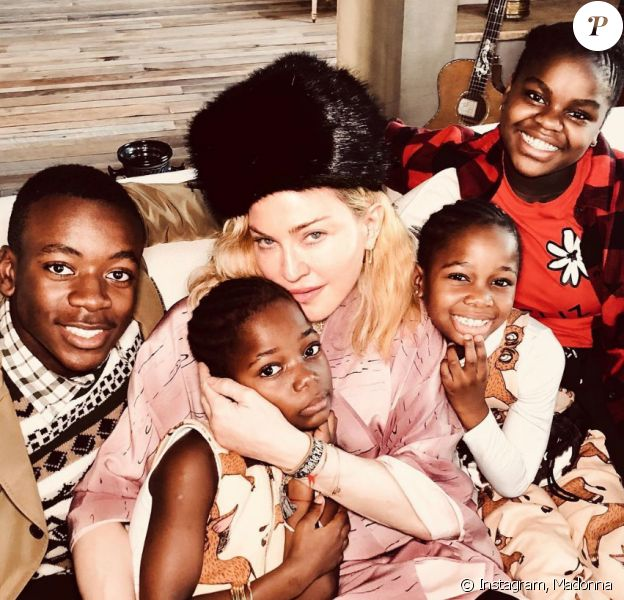 Madonna entourée de ses quatres derniers, David, Mercy, Estere et Stella, pour Noël, décembre 2018.