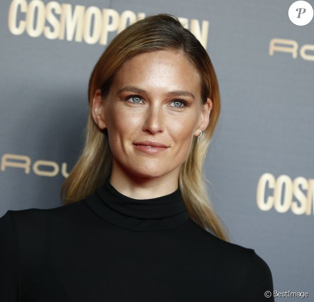 "Bar Refaeli au photocall de la soirée ""Cosmopolitan Awards"" à Madrid. Le 18 octobre 2018"