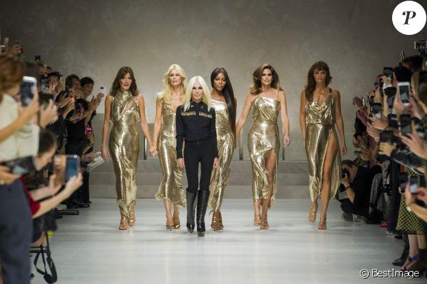 """Carla Bruni-Sarkozy, Claudia Schiffer, Naomi Campbell, Cindy Crawford, Helena Christensen et Donatella Versace - Défilé de mode printemps-été 2018 """"Versace"""" lors de la fashion week de Milan, le 22 septembre 2017."""
