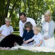 Le prince héritier Haakon et la princesse héritière Mette-Marit de Norvège avec leurs enfants Marius Borg, la princesse Ingrid Alexandra et le prince Sverre Magnus en 2009 lors de l'arrivée dans la famille de Milly Kakao, leur labradoodle. © Veronica Melå / Cour royale de Norvège