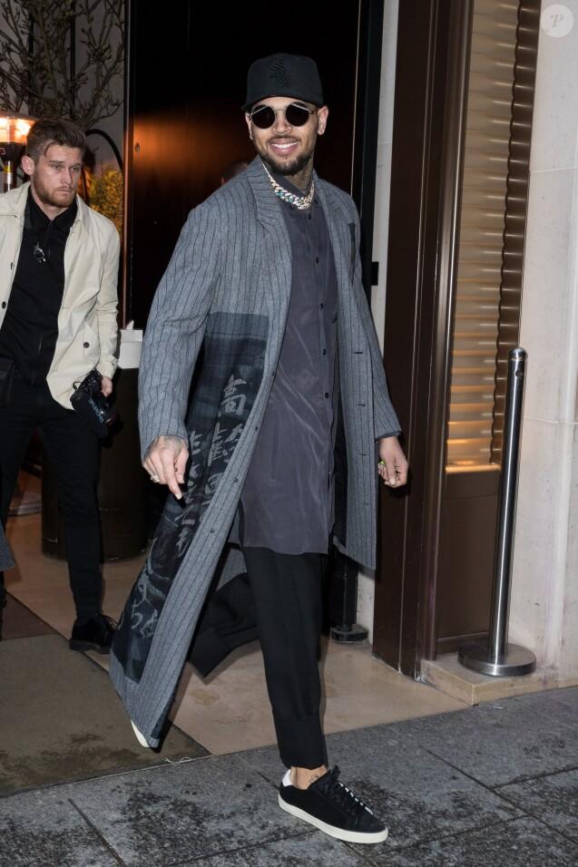 Chris Brown sort de l'hôtel Mandarin Oriental à Paris le 17 janvier 2019.